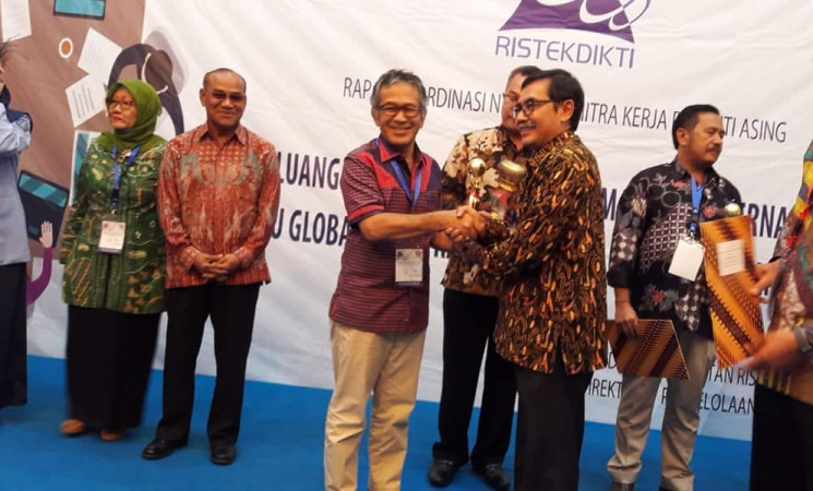 Universitas Riau menerima penghargaan sebagai Mitra Peneliti Asing Terbaik Kategori Perguruan Tinggi di Luar Pulau Jawa
